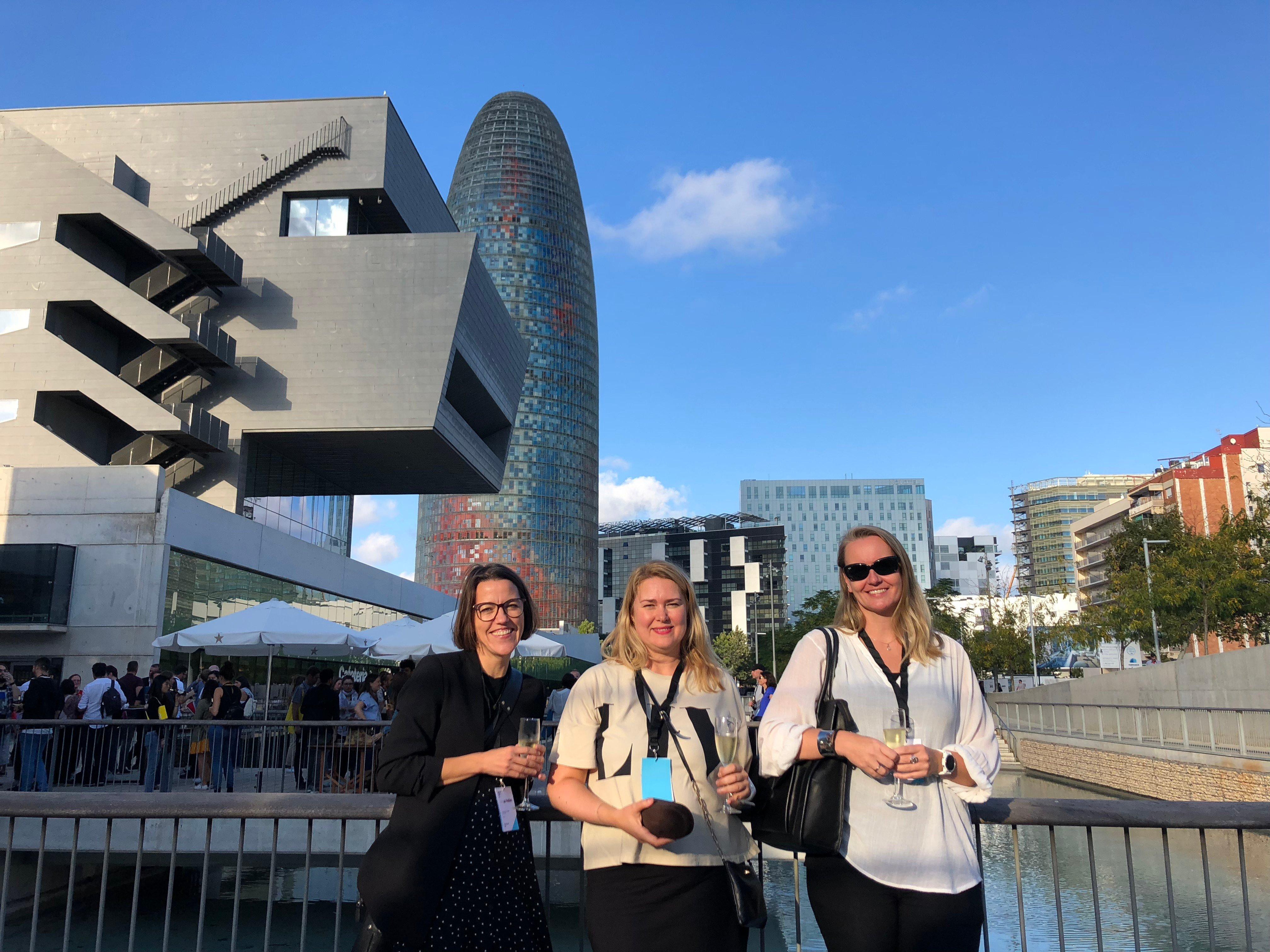 Tre kvinner foran Disseny Hub Barcelona