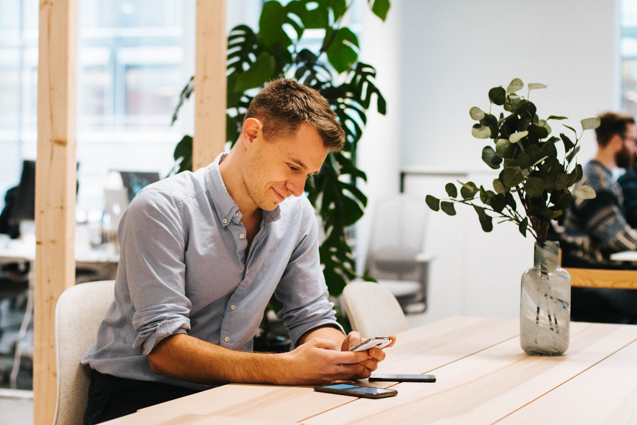 Kristoffer tester en app på en Android-telefon