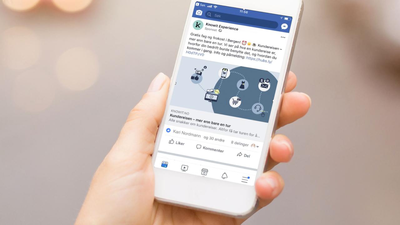 Illustrasjonsbilde: en person holder en telefon som viser frokostmøte-invitasjonen på Facebook.