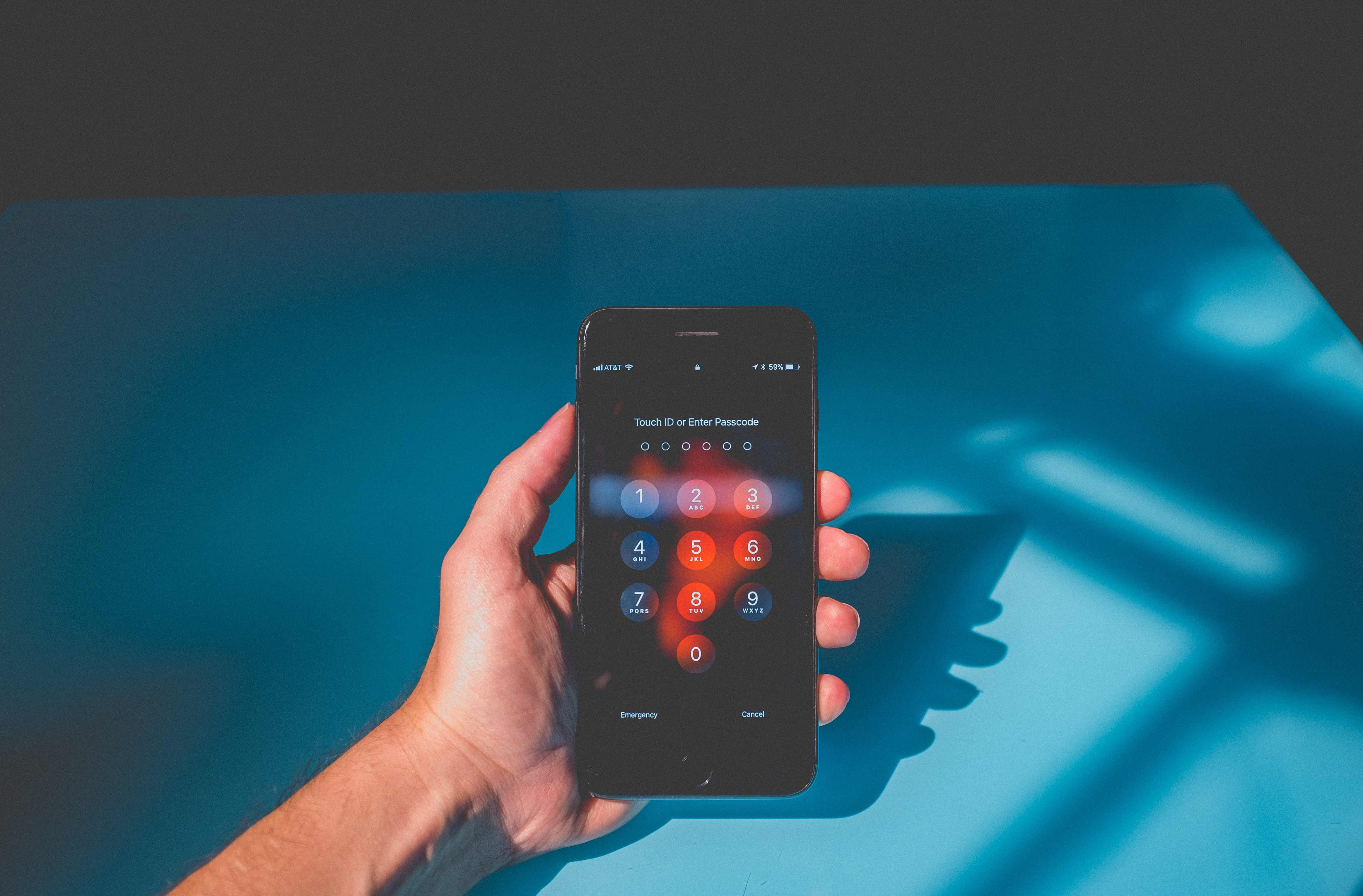 En person holder en telefon som viser et varmekart der koden blir tastet. Bildet er hentet fra Neonbrand på Unsplash