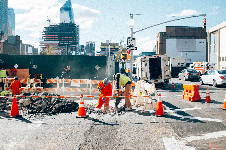 Bygningsarbeidere på gaten i en storby