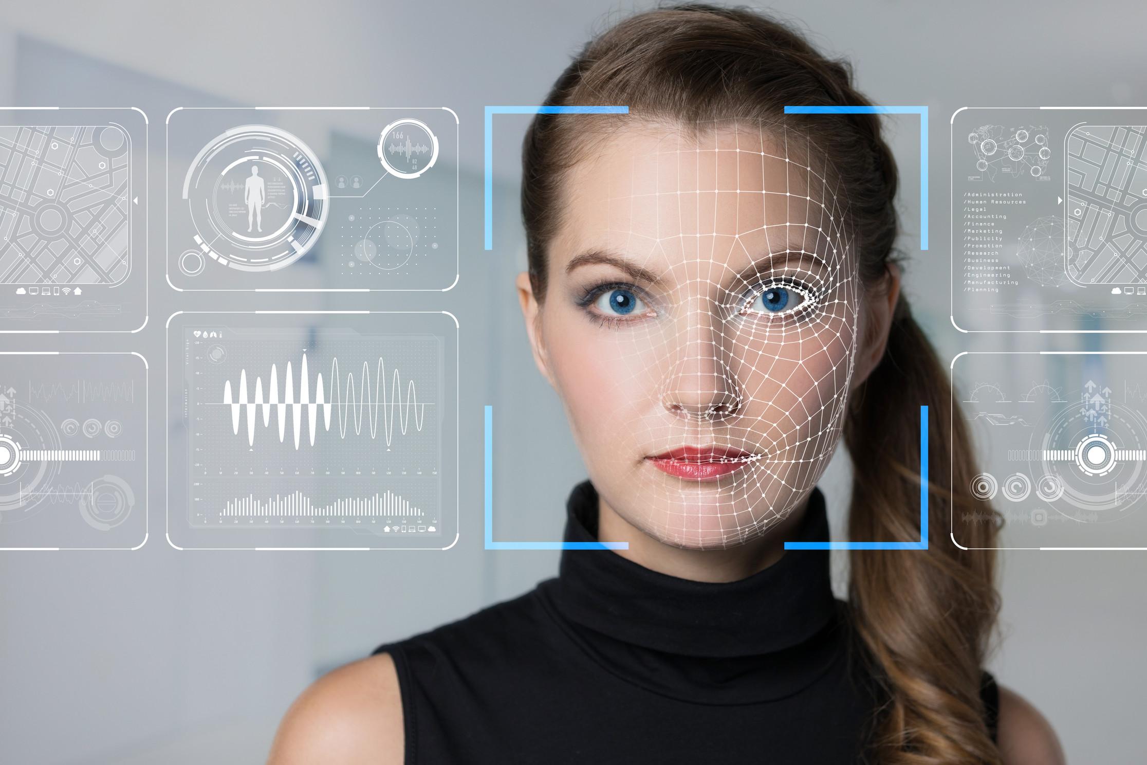 Bilde av en kvinne som får øyet sitt scannet