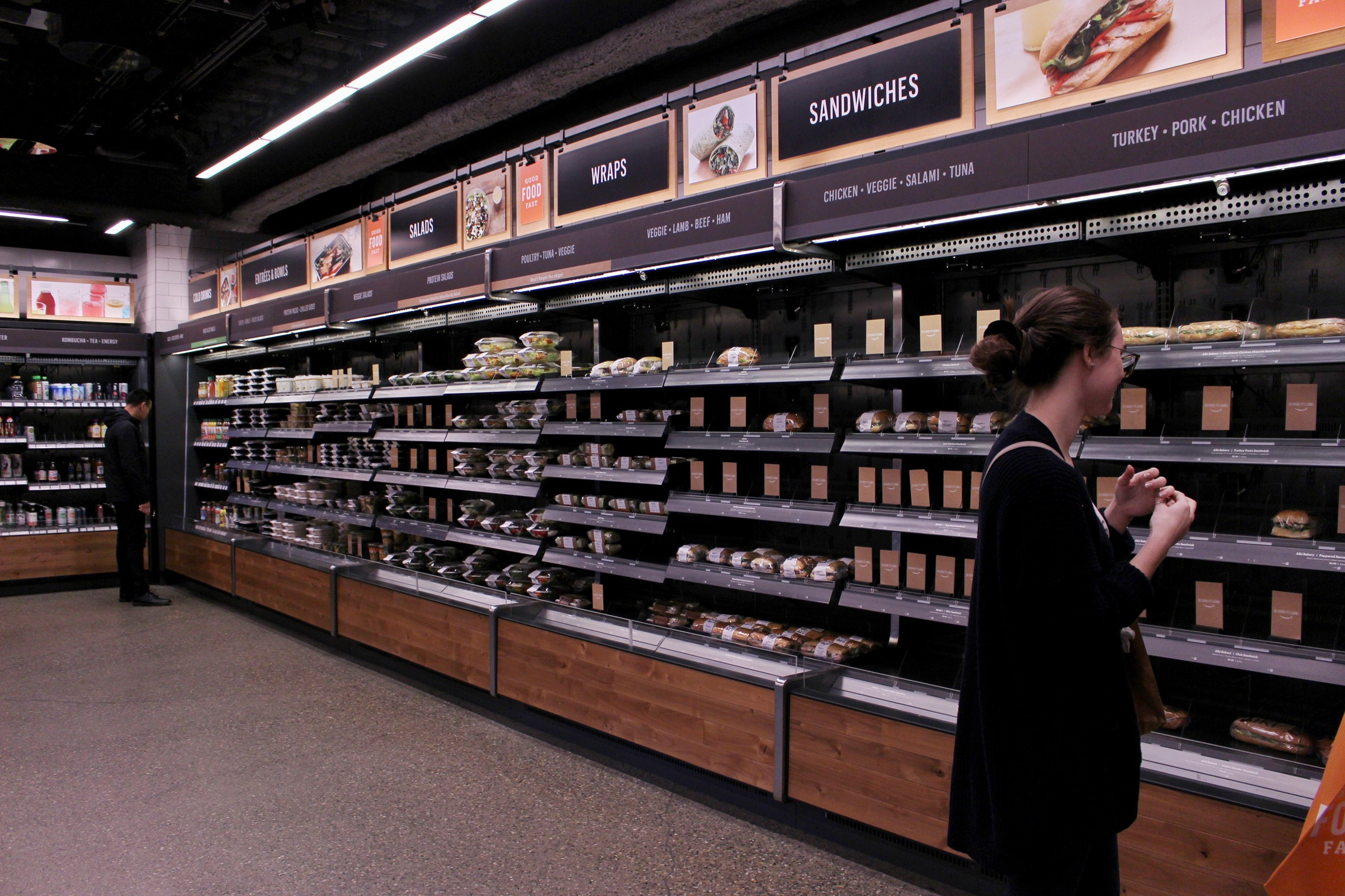 Kvinne ser seg rundt i en fysisk butikk